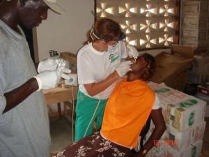 Peligros Folgado realiza una consulta odontológica en Sierra Leona./ F.A.